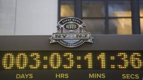 Wirts-Ausschusslogo des Super Bowl-XLVIII NY NJ auf der Uhr, die Zeit zählt, bebauen Match des Super Bowl XLVIII in Manhattan Stockfotos