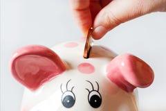 Wirtschaft und Finanzierung - Spareinlagen in einem Geldkasten - Sparschwein und ha lizenzfreie stockfotos
