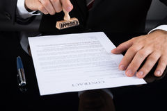 Wirtschaftler Approving Contract Paper Lizenzfreie Stockfotos