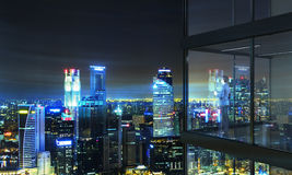 Wirtschaftler auf Balkon nachts Lizenzfreie Stockfotos