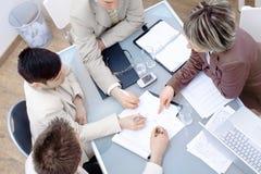 Wirtschaftler auf dem Treffen im Büro Stockbilder