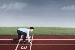 Wirtschaftler bereit zu laufen und zu konkurrieren stockfoto