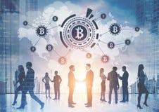 Wirtschaftler, bitcoin Netz, Weltkarte Lizenzfreie Stockbilder