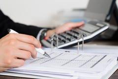 Wirtschaftler-Calculating Invoice In-Büro Lizenzfreies Stockbild