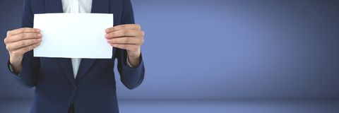 Wirtschaftler, der leere Karte in den Händen hält Stockfoto