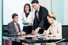 Wirtschaftler in der Sitzung hörend auf Darstellung Stockfotografie