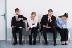 Wirtschaftler, die auf Job Interview warten Lizenzfreie Stockfotos