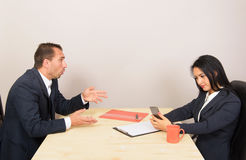 Wirtschaftler, die bei Tisch sitzen Lizenzfreie Stockbilder