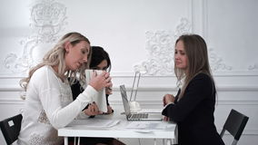 Wirtschaftler, die den Tablet-Computer, arbeitend im Büro verwenden stock video footage