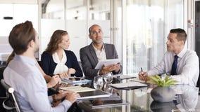 Wirtschaftler, die in der Sitzung arbeiten stock footage