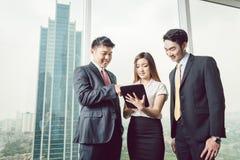 Wirtschaftler, die digitale Tablette betrachten stockfoto
