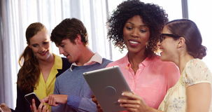 Wirtschaftler, die digitale Tablette und Handy verwenden stock video