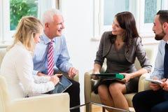 Wirtschaftler, die Diskussion im Büro haben Stockbilder