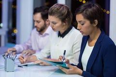 Wirtschaftler, die Dokument im Büro erstellen lizenzfreies stockfoto