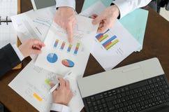 Wirtschaftler, die eine Diskussion über Finanzbericht haben Stockfotografie