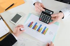 Wirtschaftler, die eine Diskussion über Finanzbericht haben Stockfotos