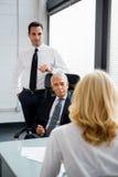 Wirtschaftler, die eine Sitzung im Büro haben Stockfotografie