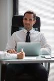 Wirtschaftler, die eine Sitzung im Büro haben lizenzfreie stockbilder
