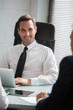 Wirtschaftler, die eine Sitzung im Büro haben Lizenzfreies Stockbild