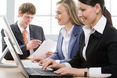Wirtschaftler, die in einem modernen Büro arbeiten Lizenzfreies Stockfoto
