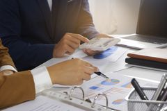 Wirtschaftler, die Entwurfsidee, professionellen Anleger oben arbeitet im Büro für Anfangsneues Projekt treffen stockfotos