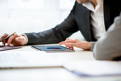 Wirtschaftler, die Geschäft unter Verwendung des Tablets besprechen Stockbild