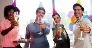 Wirtschaftler, die Gläser Champagner zeigen stock video
