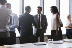Wirtschaftler, die Hände bevor dem Treffen im Sitzungssaal rütteln lizenzfreie stockbilder