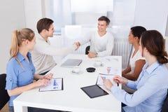 Wirtschaftler, die Hände in einer Sitzung rütteln Lizenzfreies Stockfoto