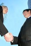 Wirtschaftler, die Hände rütteln Lizenzfreie Stockfotos