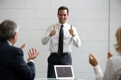 Wirtschaftler, die Hände während einer Sitzung klatschen Lizenzfreies Stockbild