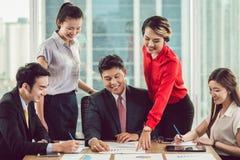 Wirtschaftler, die ihre intelligenten Geschäftsideen teilen lizenzfreie stockfotos