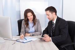 Wirtschaftler, die im Büro arbeiten Lizenzfreie Stockfotografie
