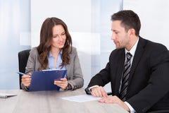 Wirtschaftler, die im Büro arbeiten Stockfotos