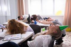 Wirtschaftler, die im Büro schlafen stockfotos