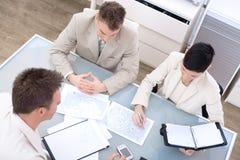 Wirtschaftler, die im Büro sprechen Lizenzfreie Stockfotos