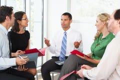 Wirtschaftler, die informelle Sitzung haben Stockfoto