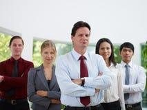 Wirtschaftler, die Kamera lächeln und betrachten Lizenzfreie Stockfotos