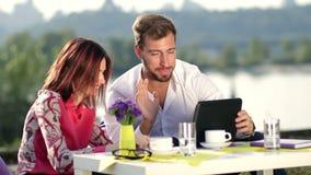 Wirtschaftler, die on-line-Sitzung unter Verwendung der Tablette haben stock video footage