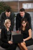 Wirtschaftler, die mit Laptop arbeiten Lizenzfreie Stockbilder