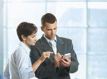 Wirtschaftler, die Mobile verwenden Lizenzfreies Stockfoto