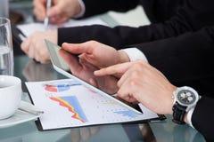 Wirtschaftler, die am Schreibtisch arbeiten Stockfoto