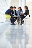 Wirtschaftler, die Sitzung im modernen Büro haben Lizenzfreies Stockbild