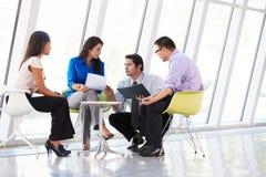 Wirtschaftler, die Sitzung im modernen Büro haben Stockfotos