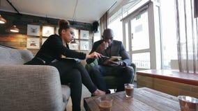 Wirtschaftler, die an Strategie des neuen Werks am Café arbeiten stock video