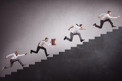 Wirtschaftler, die Treppe klettern Lizenzfreie Stockfotos