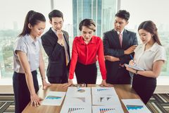 Wirtschaftler, die unterschiedliches Geschäftsdiagramm analysieren stockfotos