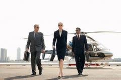 Wirtschaftler, die vom Hubschrauber ankommen Stockbild