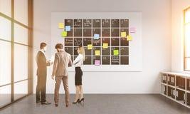 Wirtschaftler, die Zeitplan besprechen Lizenzfreie Stockfotografie