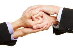 Wirtschaftler, die zusammen Hände falten stockfoto